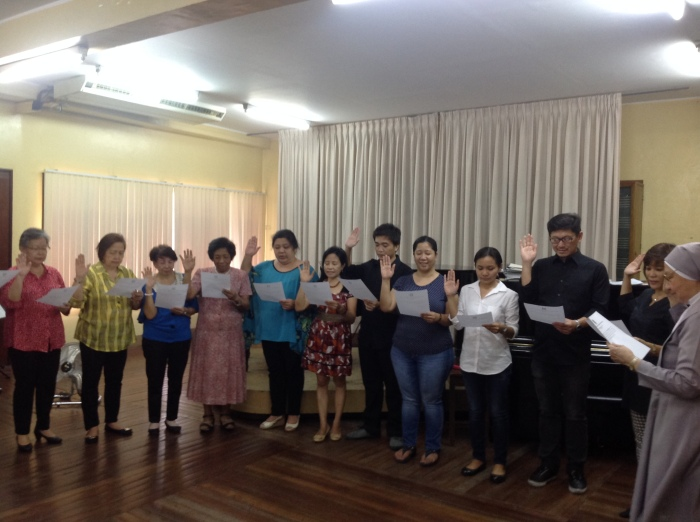 Sr. Maria Annunciata Sta. Ana, SPC administering the officers' and board members' oath of office